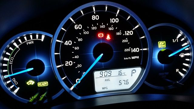 toyota-yaris-hybrid-dashboard-review